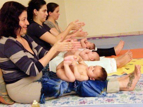 adriana vieira dá aulas de baby yoga