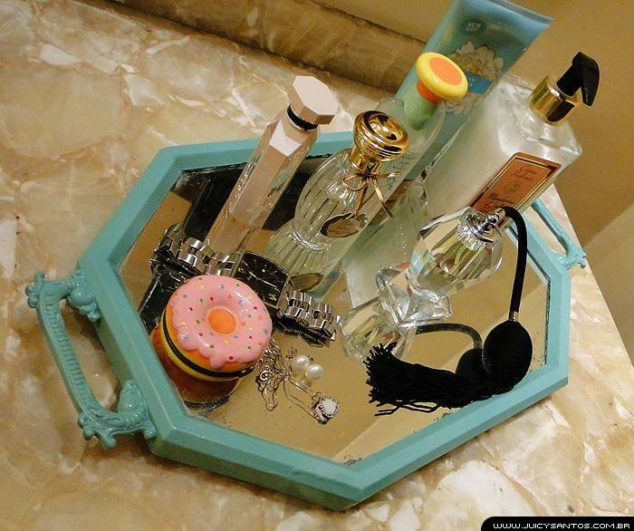 Decoração com bandeja e perfumes