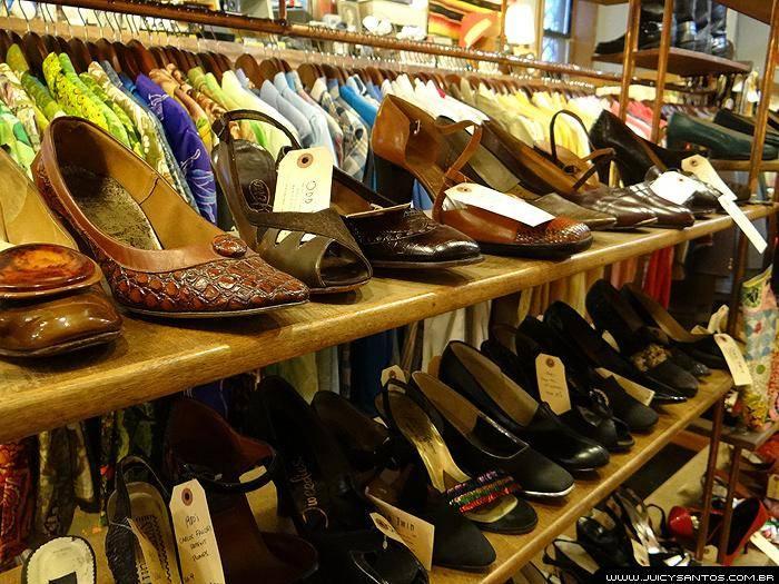 Seleção de sapatos no brechó