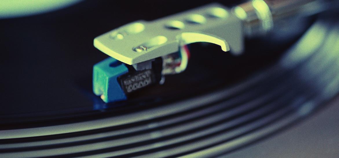 Vinil e boas risadas: 1 ano da feira de discos de Santos