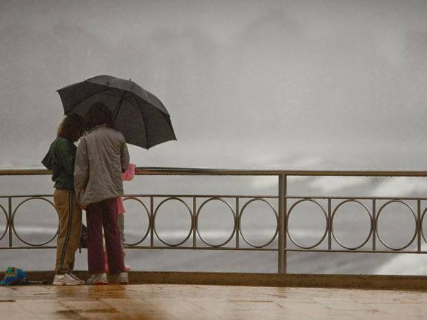 santos em dia de chuva