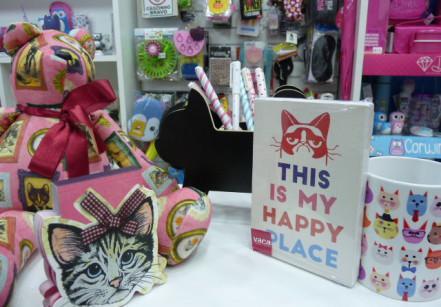 Quem é mãe de gato levanta a mão! O/ Caneca (R$ 29,90), ursinho (R$ 69,90), quadro do Grumpy Cat (R$ 29,90), porta-treco silhueta de gato (R$ 39,90) e bloco de anotações (R$ 24,90)