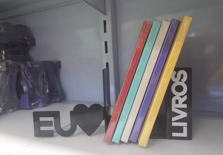1- Para os amigos que amam ler, os aparadores de livro custam R$ 42 e vêm em vários designs lindinhos.