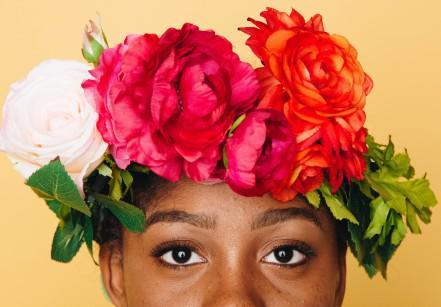 www.juicysantos.com.br - mulher negra com flores no cabelo