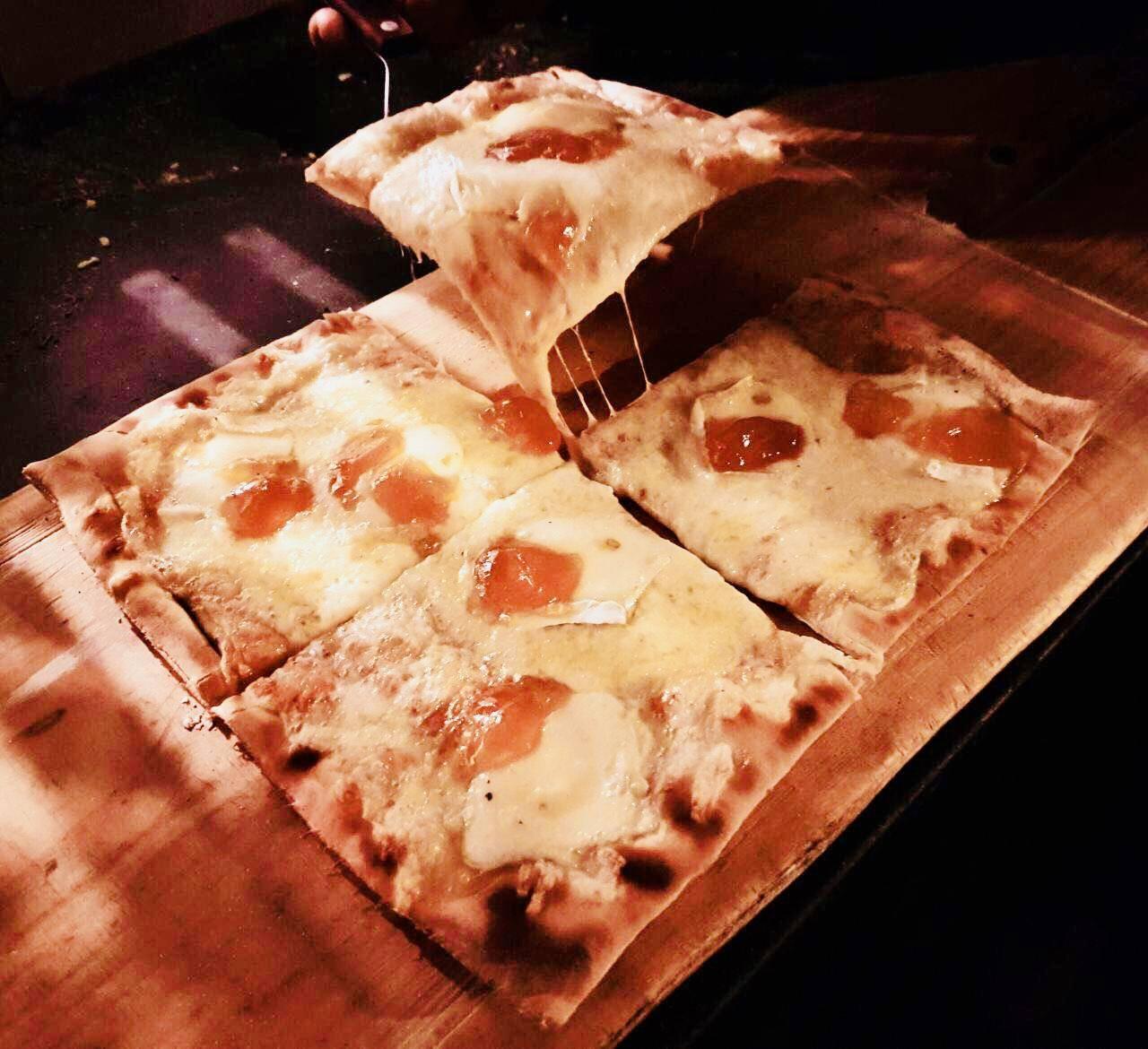 www.juicysantos.com.br - pizza de queijo brie com damasco da graminha em santos