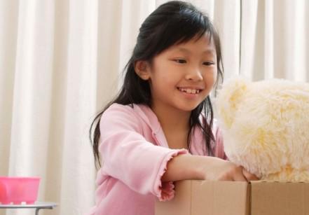 crianca-urso-guardando-brinquedo-menina-1406843691723_1920x1279