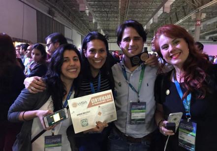 Equipe do Beaba e Mukutu recebendo a premiação na etapa Brasil do WSA