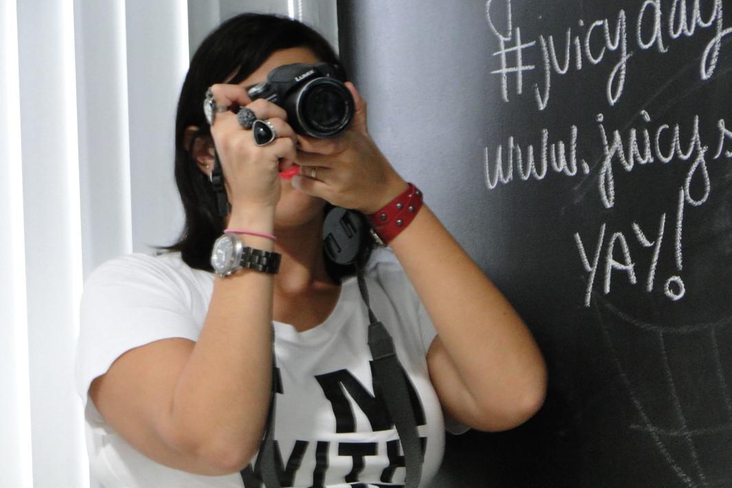 Foto 1 - Flávia atacando de fotógrafa