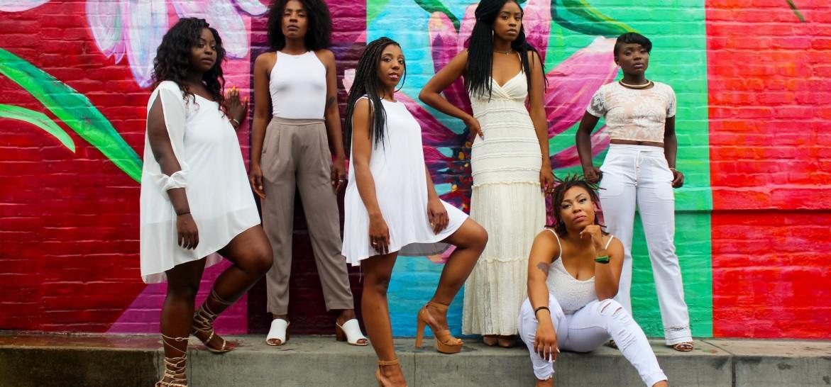 www.juicysantos.com.br - negras poderosas em muro colorido
