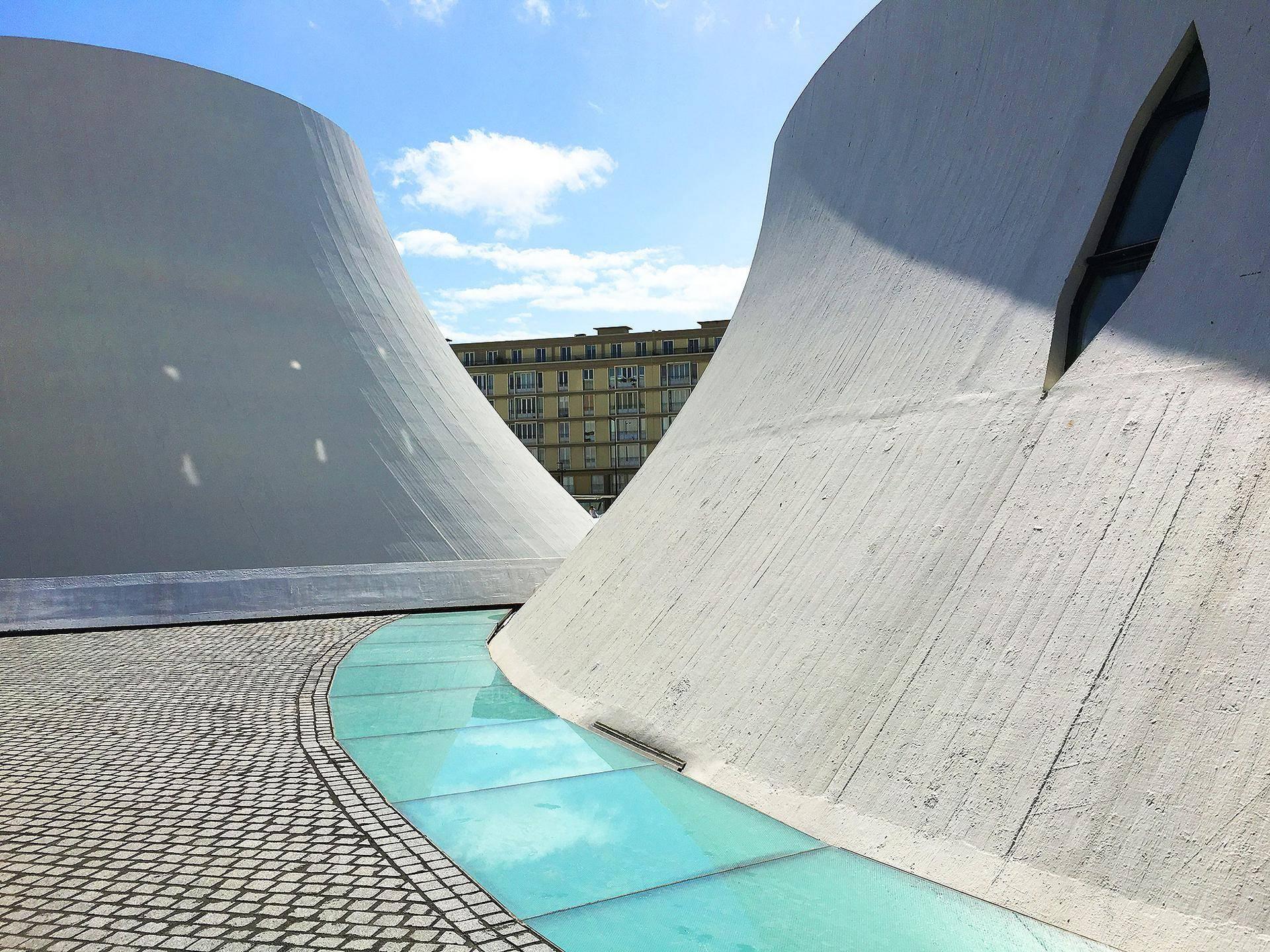 Obras de Niemeyer e Perret ao fundo