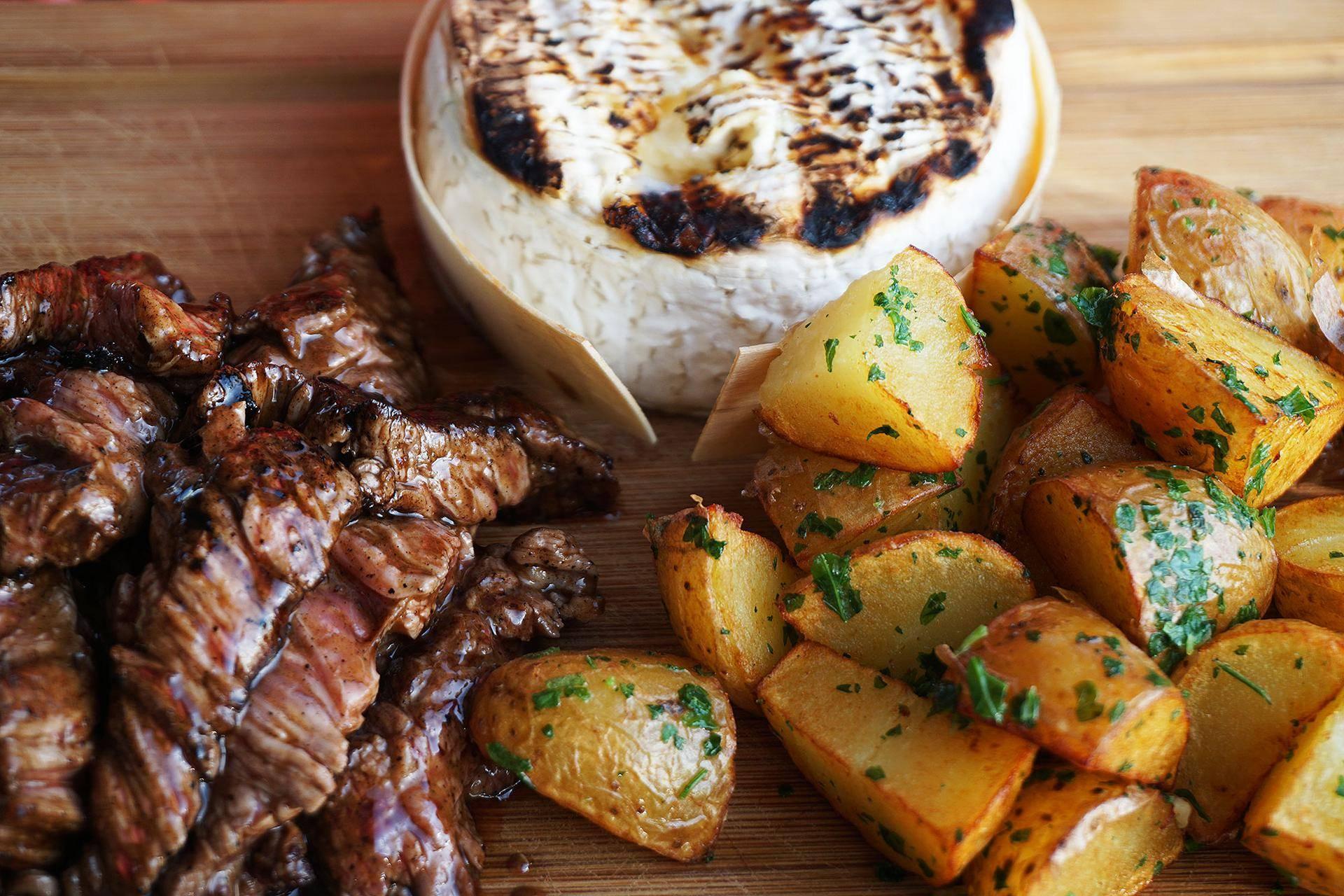 Carne, camembert e batatas