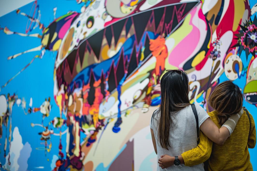www.juicysantos.com.br - mulheres abraçadas em muro grafitado colorido