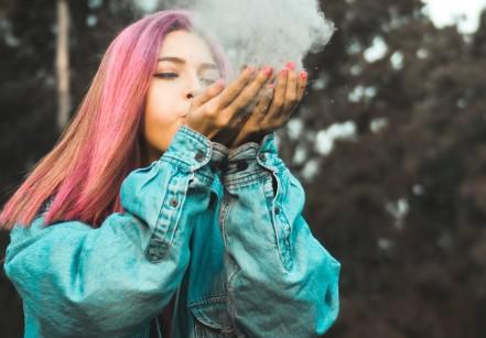 www.juicysantos.com.br - menina de cabelo rosa assoprando fumaça