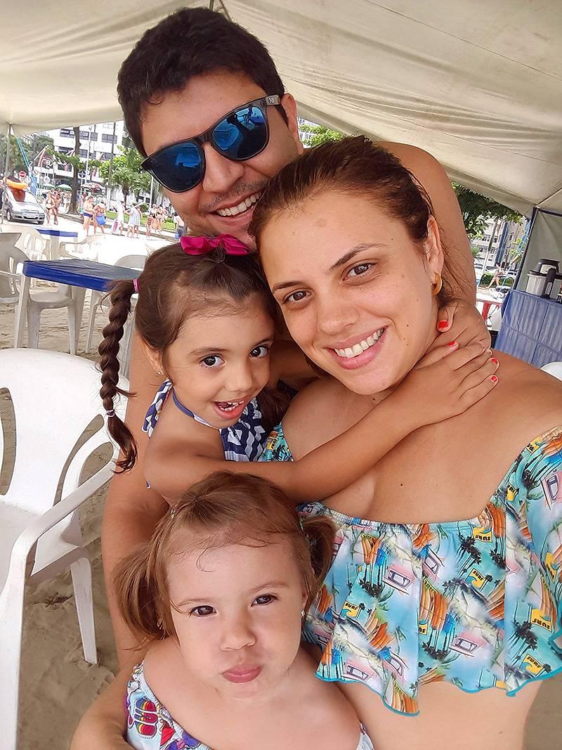 Aline e família na praia de Santos