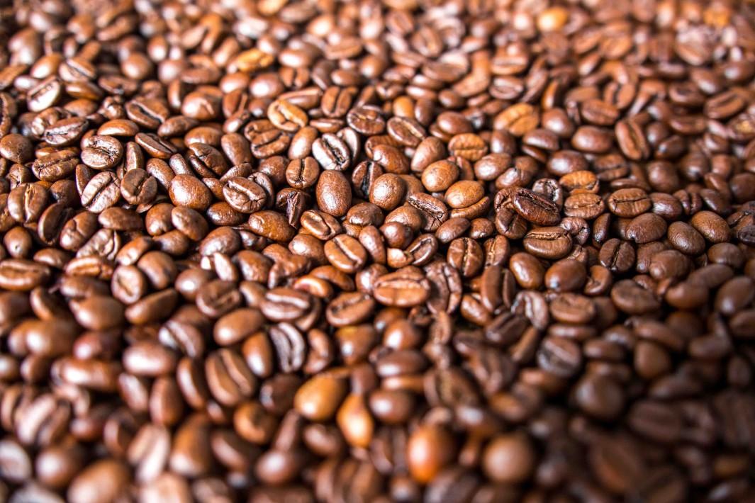 Caf'e em Grãos, por Mark Daynes de Unsplash