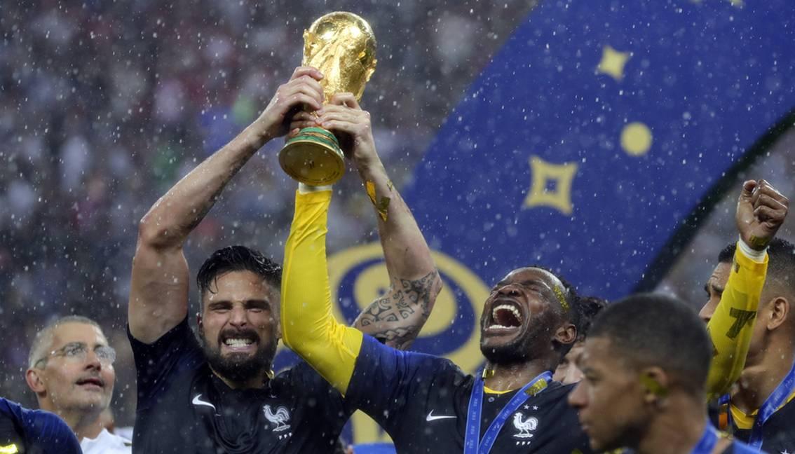 www.juicysantos.com.br - entrevista com a taça da copa do mundo