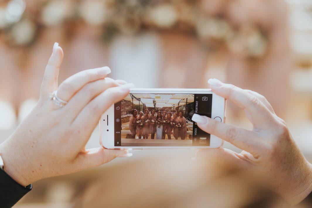 juicysantos.com.br - Foto dos noivos com os convidados do casamento