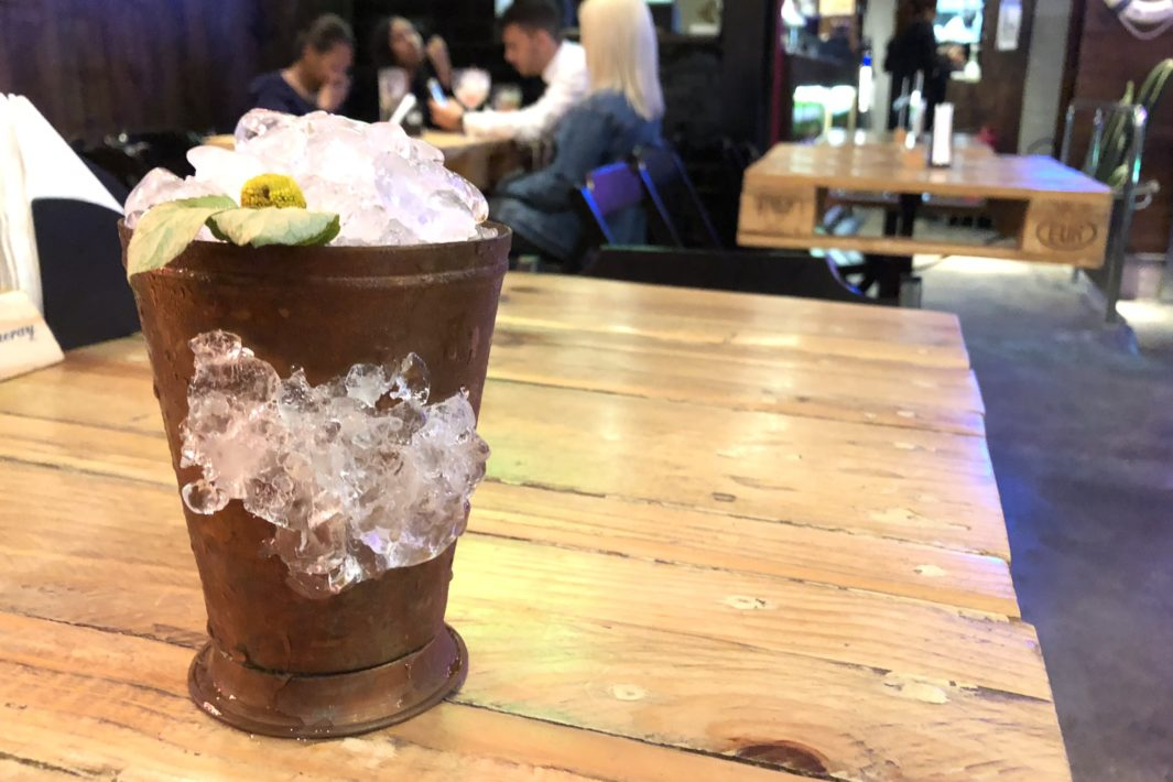 www.juicysantos.com.br - o que fazer em santos drinque de jambu menu temporário do arapuka bar