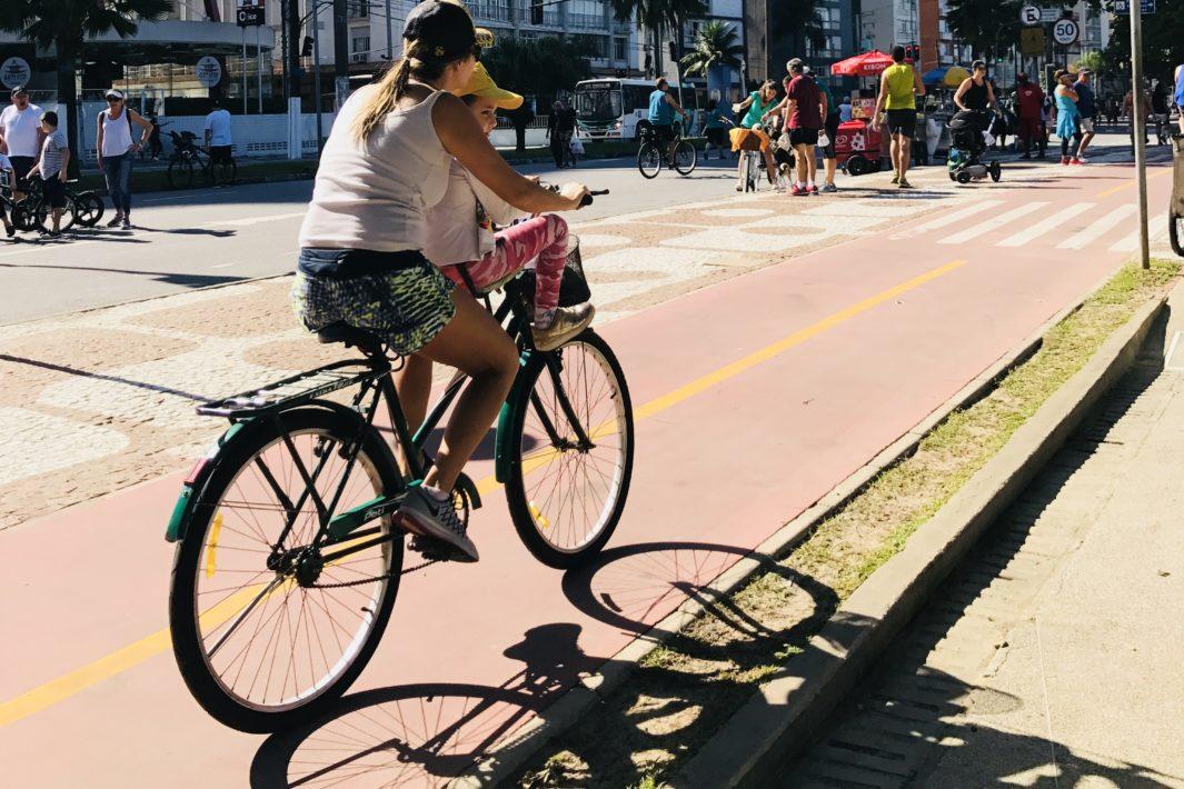 www.juicysantos.com.br - loucuras de santos - mulher em bike na ciclovia