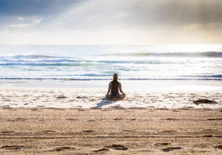 www.juicysantos.com.br - yoga pé na areia