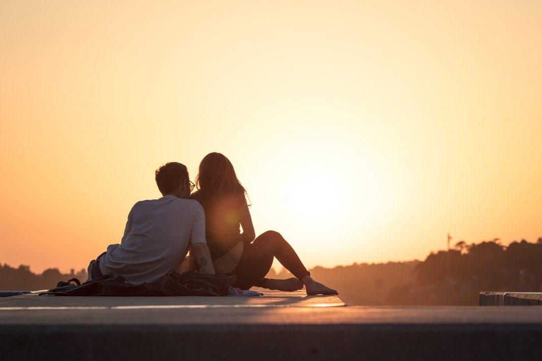 www.juicysantos.com.br - Folga após o casamento: casal observando paisagem