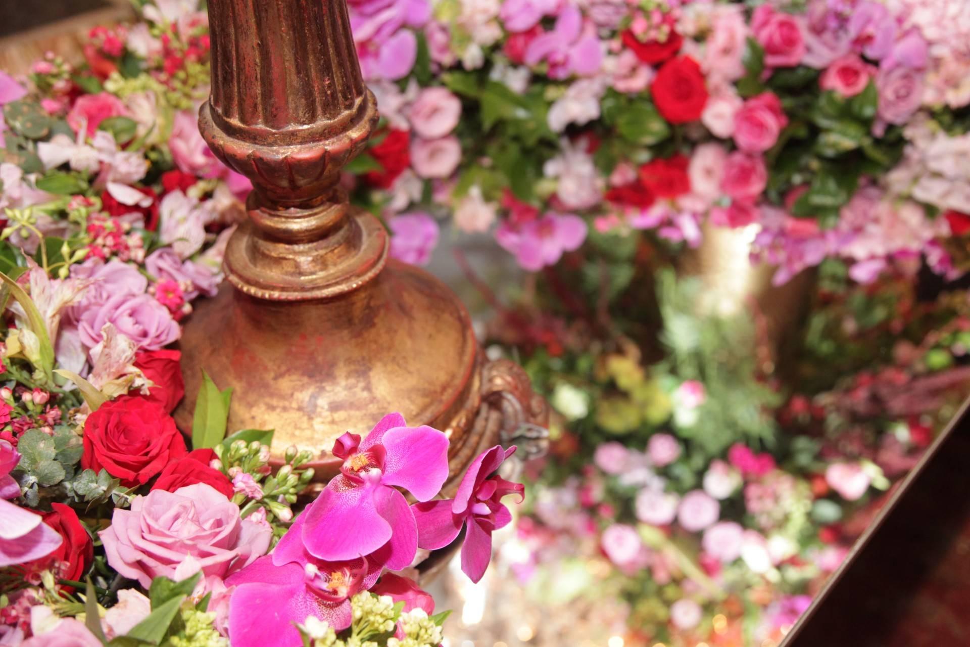 www.juicysantos.com.br - decoração de flores no baile da cidade de santos
