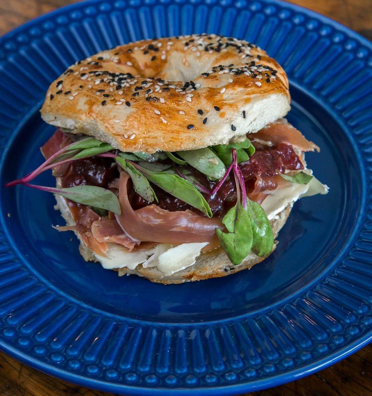 www.juicysantos.com.br - sanduíche com bagel do apartamento clandestino em santos sp