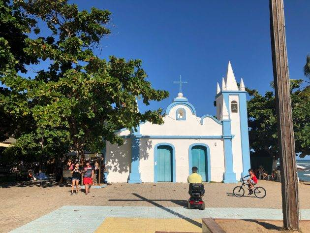 Igreja na pracinha principal da Praia do Forte