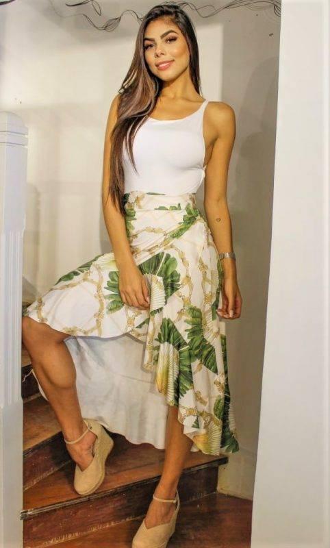 www.juicysantos.com.br - myboo look com camiseta branca e saia de folhagens