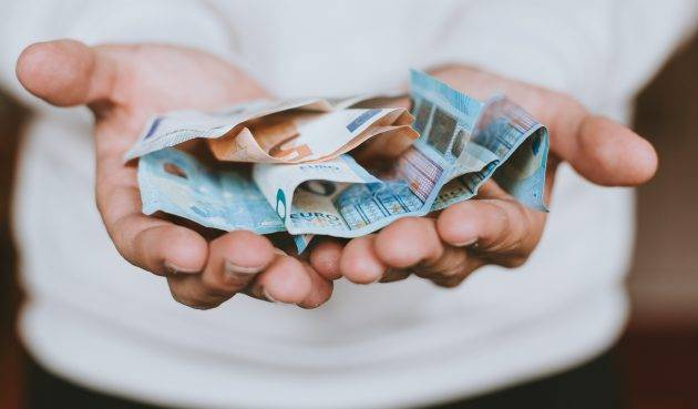 www.juicysantos.com.br - um agiota do bem, uma crônica de Leandro Marçal, homem oferece dinheiro com as mãos
