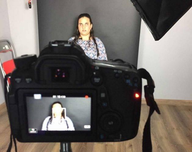juicysantos.com.br - Mari no estúdio produzindo um vídeo para o canal da Mari Romano
