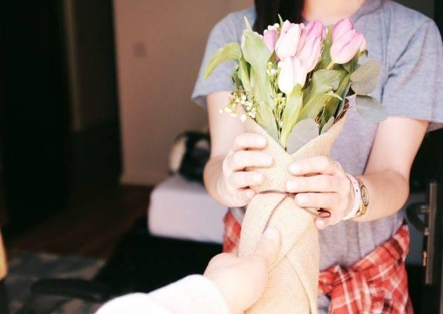 www.juicysantos.com.br - a gratidão e a retribuição - mulher recebendo flores