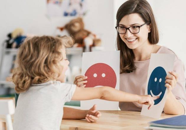 www.juicysantos.com.br - menino autista com a professora - autismo em santos sp