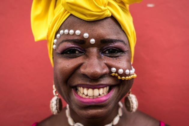 www.juicysantos.com.br - mulher negra comemorando carnaval no brasil