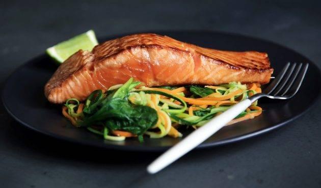 www.juicysantos.com.br - prato de salmão com salada saudável