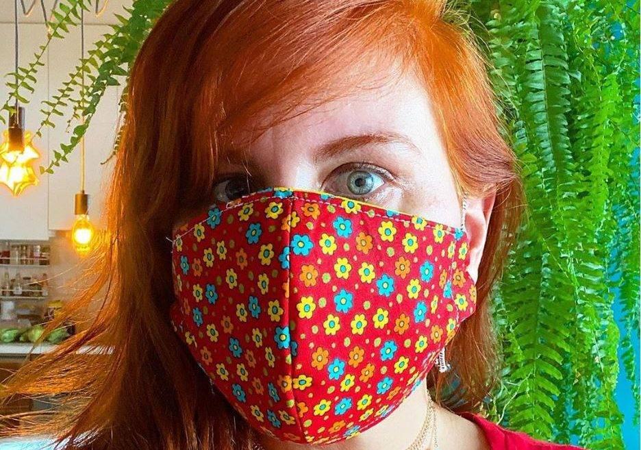 www.juicysantos.com.br - multa para quem não usar máscara em santos pode chegar a R$ 3 mil - foto de mulher ruiva com máscara de tecido