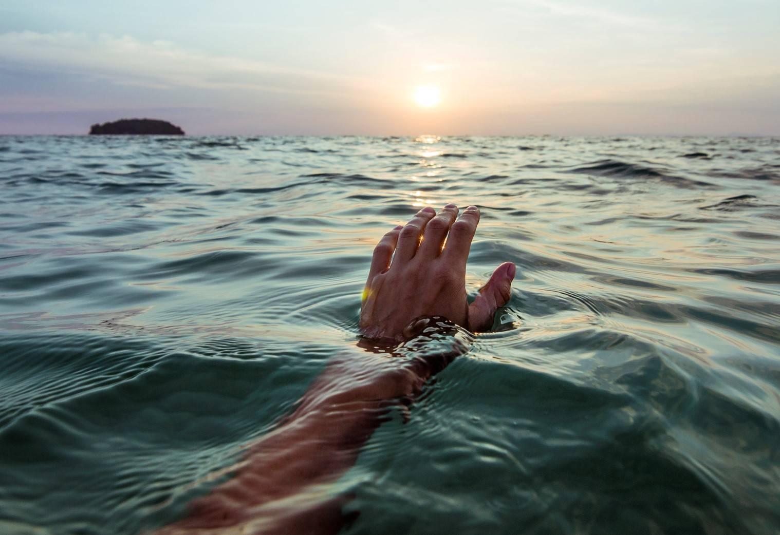 www.juicysantos.com.br - pessoa atravessa o mar a nado