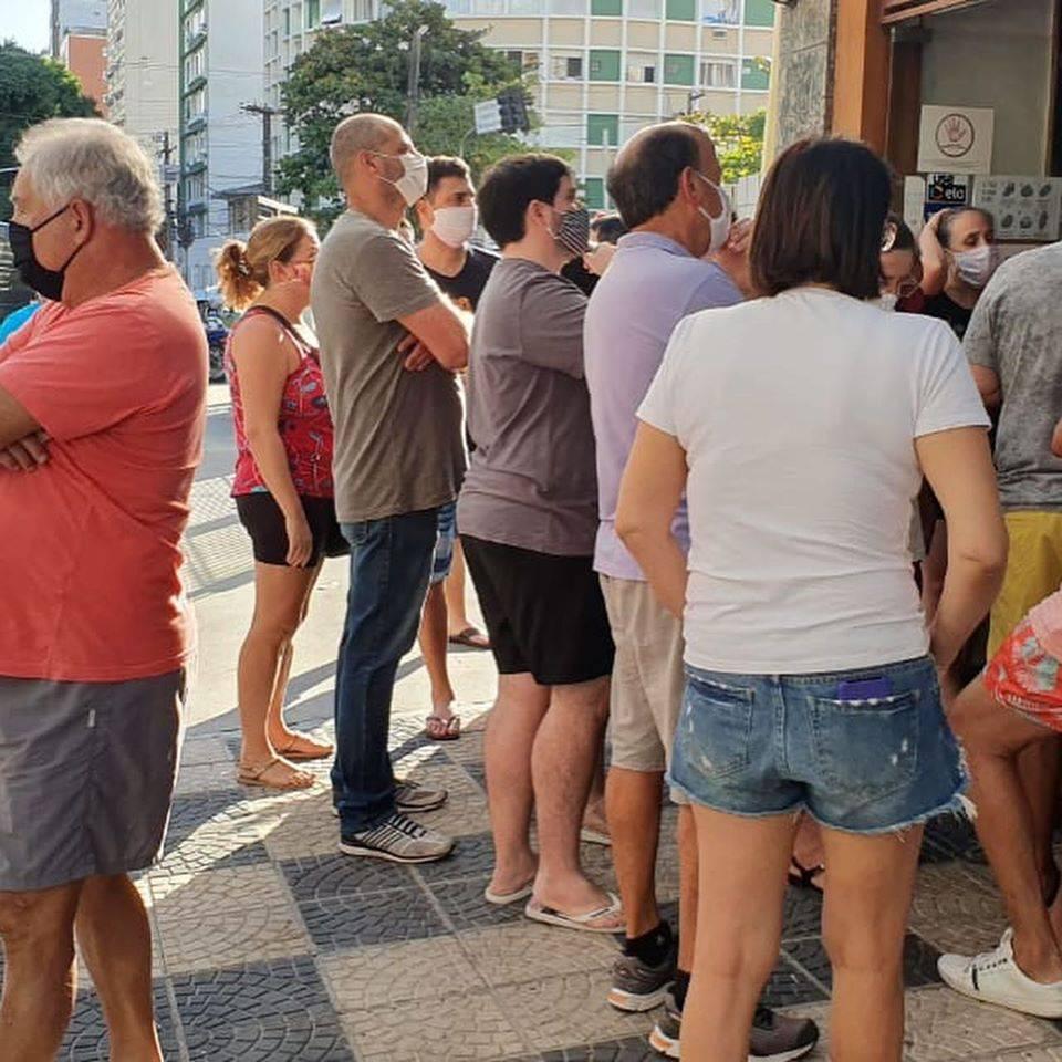 Aglomeracão na porta do restaurante Van Gogh em Santos