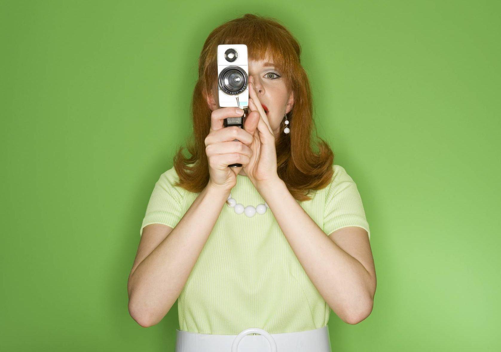 www.juicysantos.com.br - mulheres no audiovisual - mulher com roupa vintage e câmera vintage em fundo verde