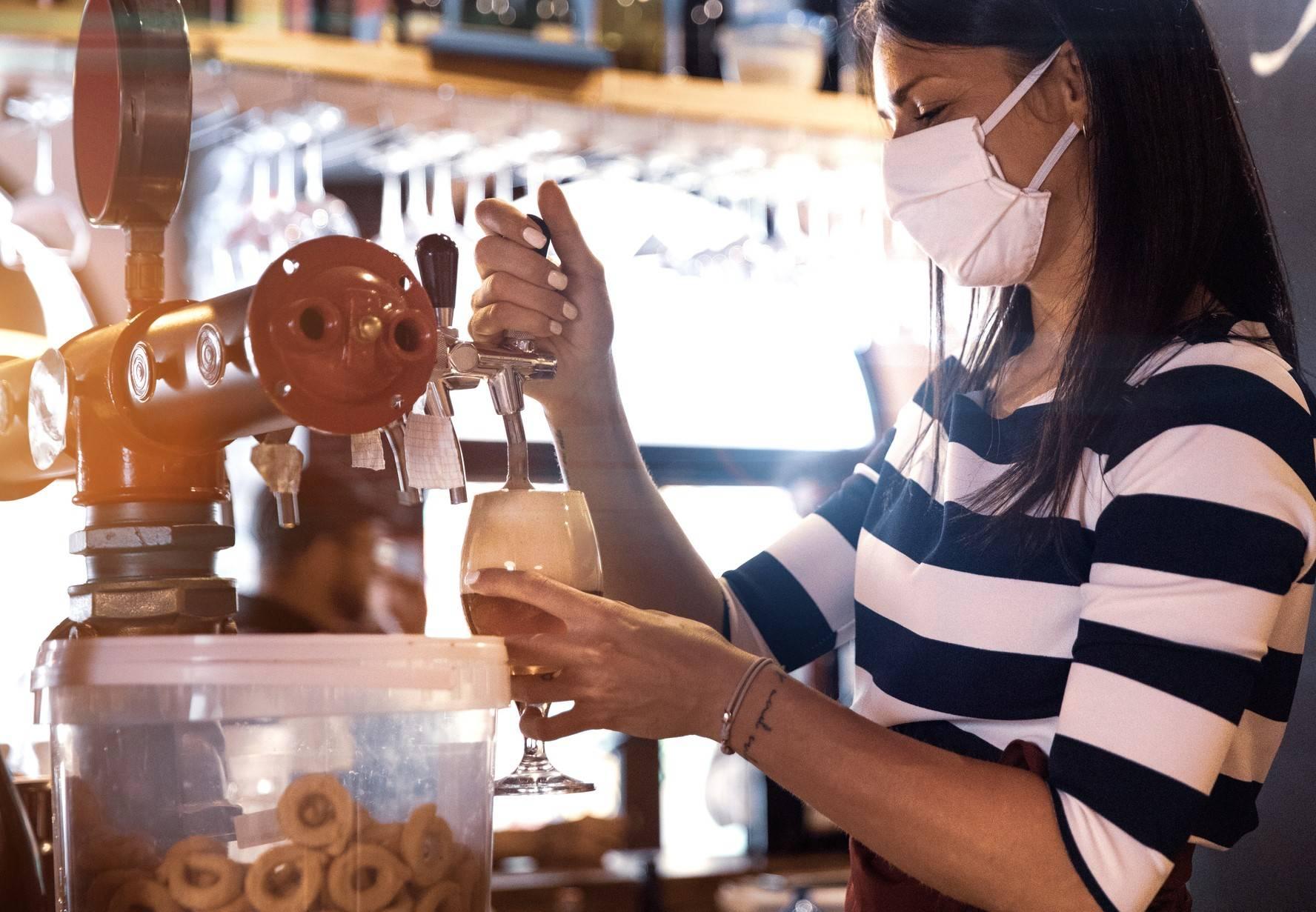 www.juicysantos.com.br - mulher tirando chope para mostrar a opinião dos santistas e moradores da baixada santista Pesquisa com 2000 caiçaras e tendências para comércios e restaurantes no pós-pandemia