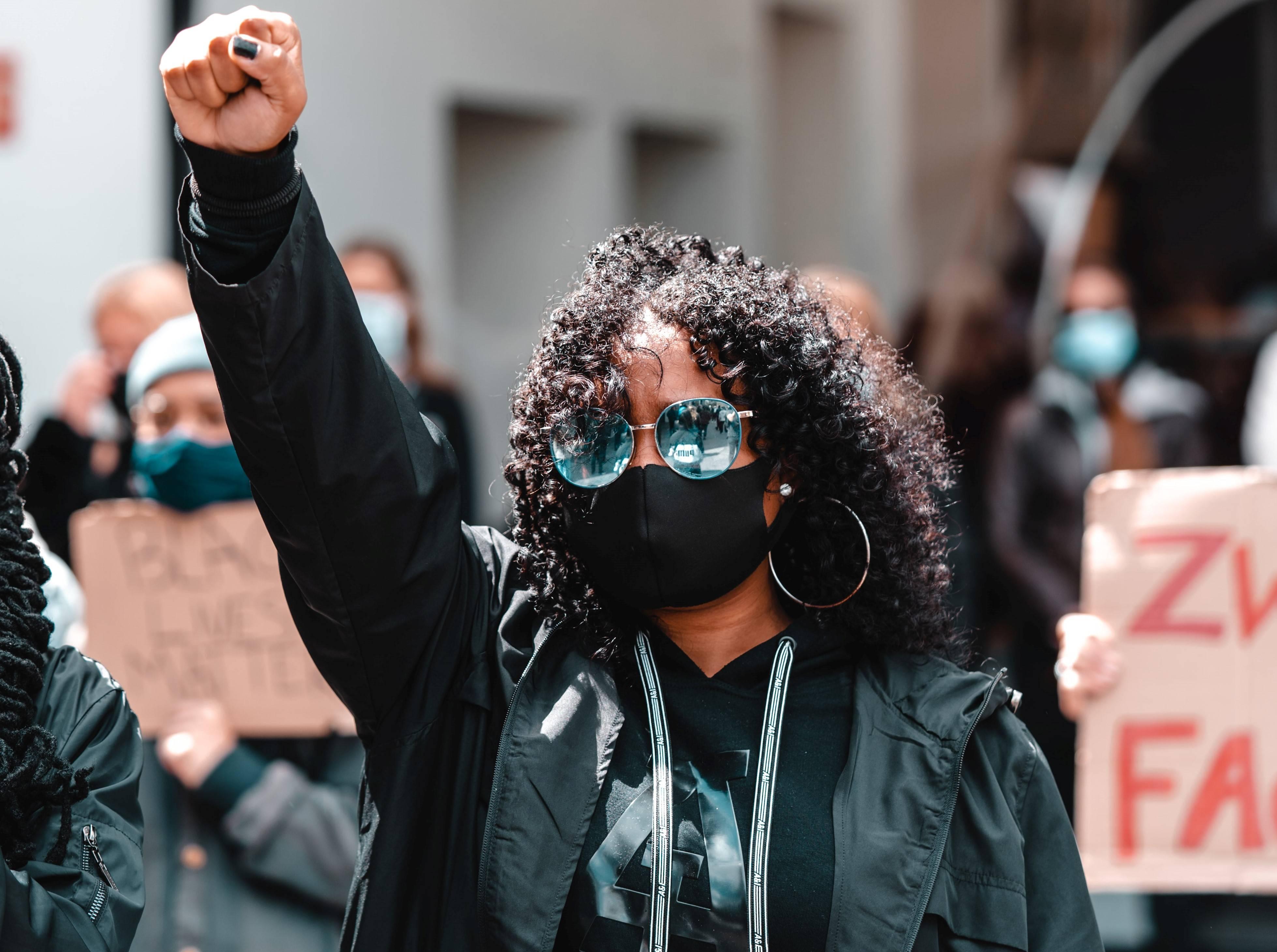 www.juicysantos.com.br - vidas negras importam mulher protesta nos eua
