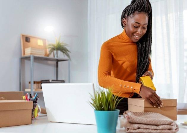 www.juicysantos.com.br - mulher negra empreendedora embala pacote - comercializa santos é plataforma de ecommerce gratuita para pequenos negócios em santos