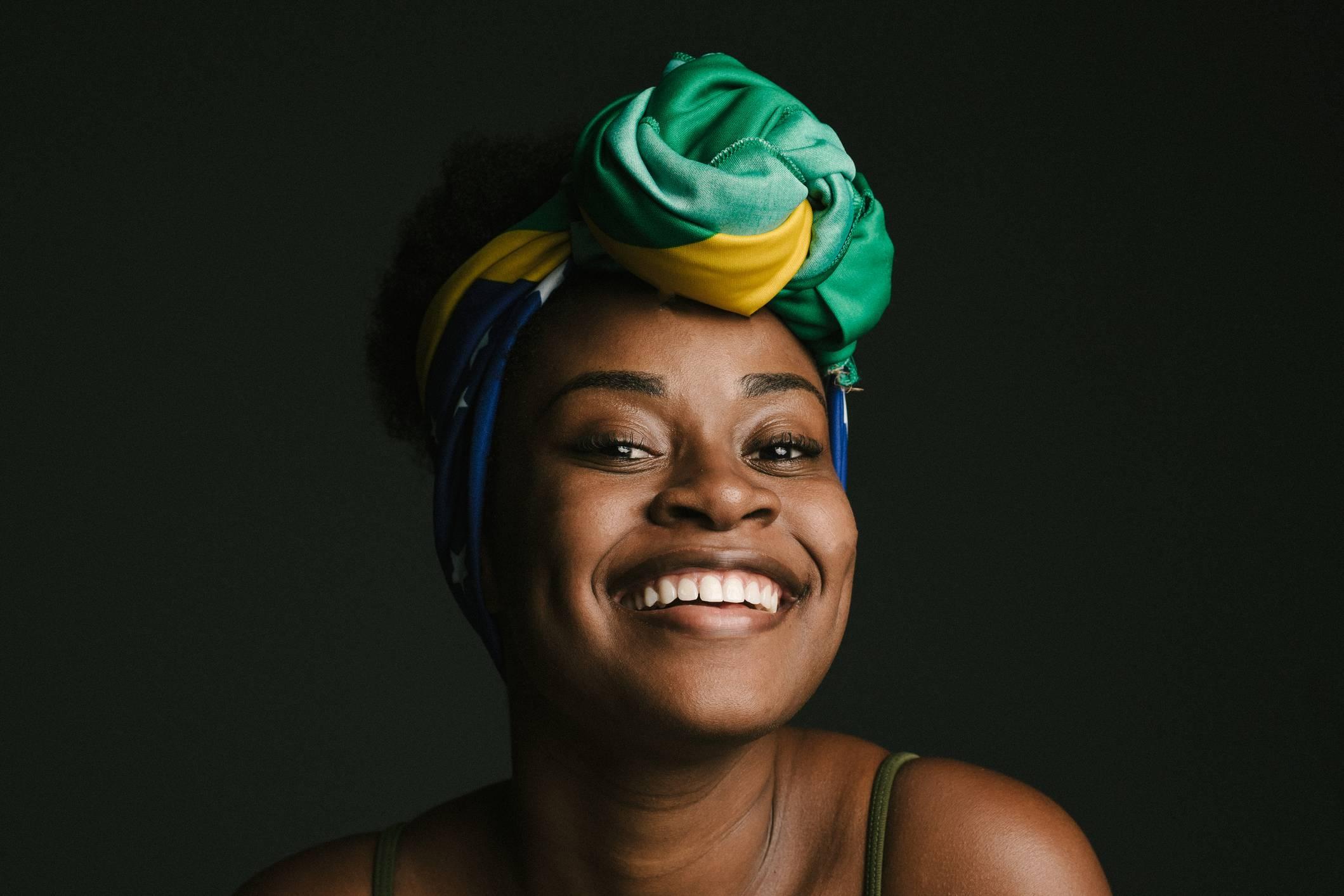www.juicysantos.com.br - mulher negra representando o brasil