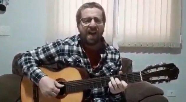 www.juicysantos.com.br - professor compõe músicas sobre pandemia para ajudar alunos em casa