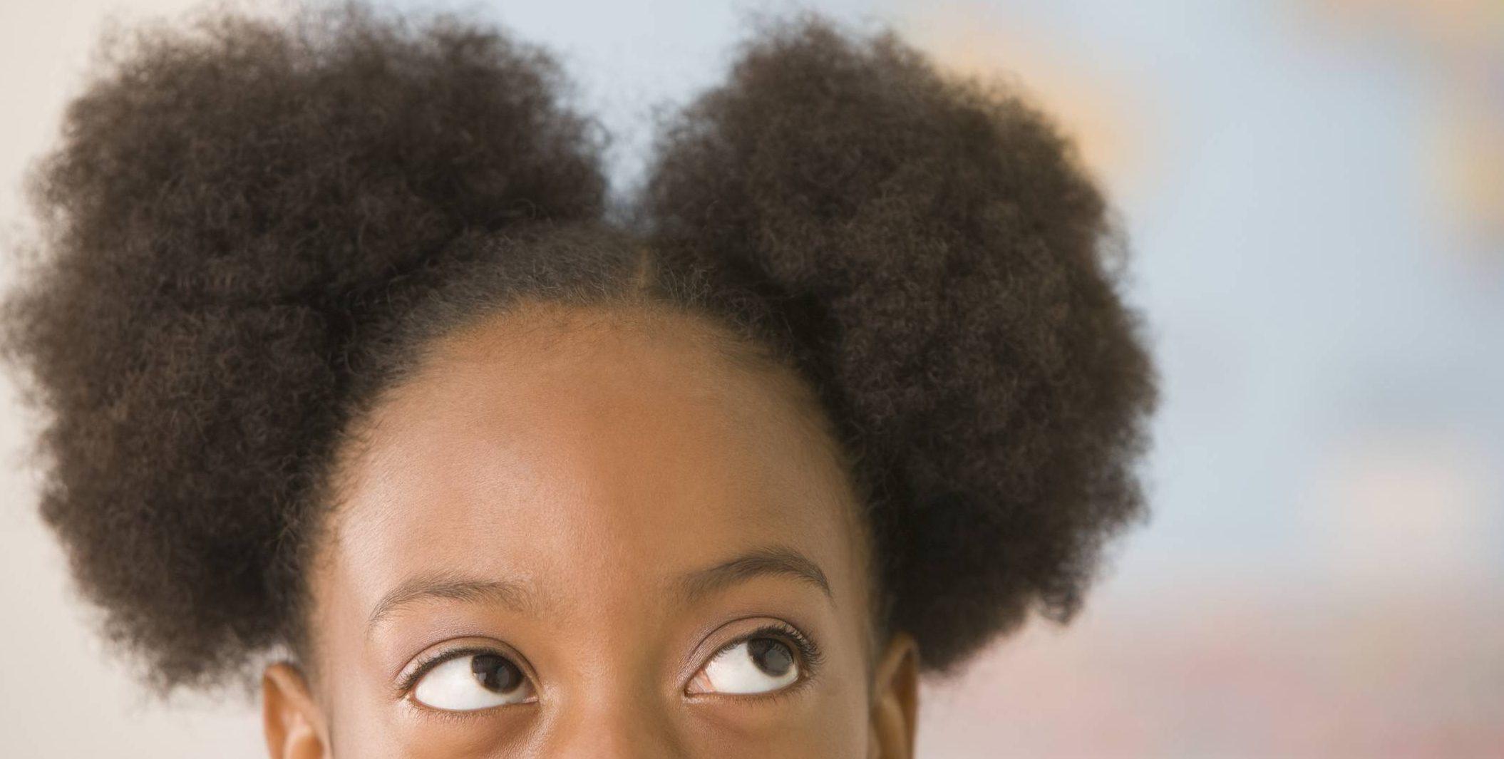 www.juicysantos.com.br - menina negra com cabelo repartido em dois - vozes pretas - criança preta o desafio de um futuro sem racismo