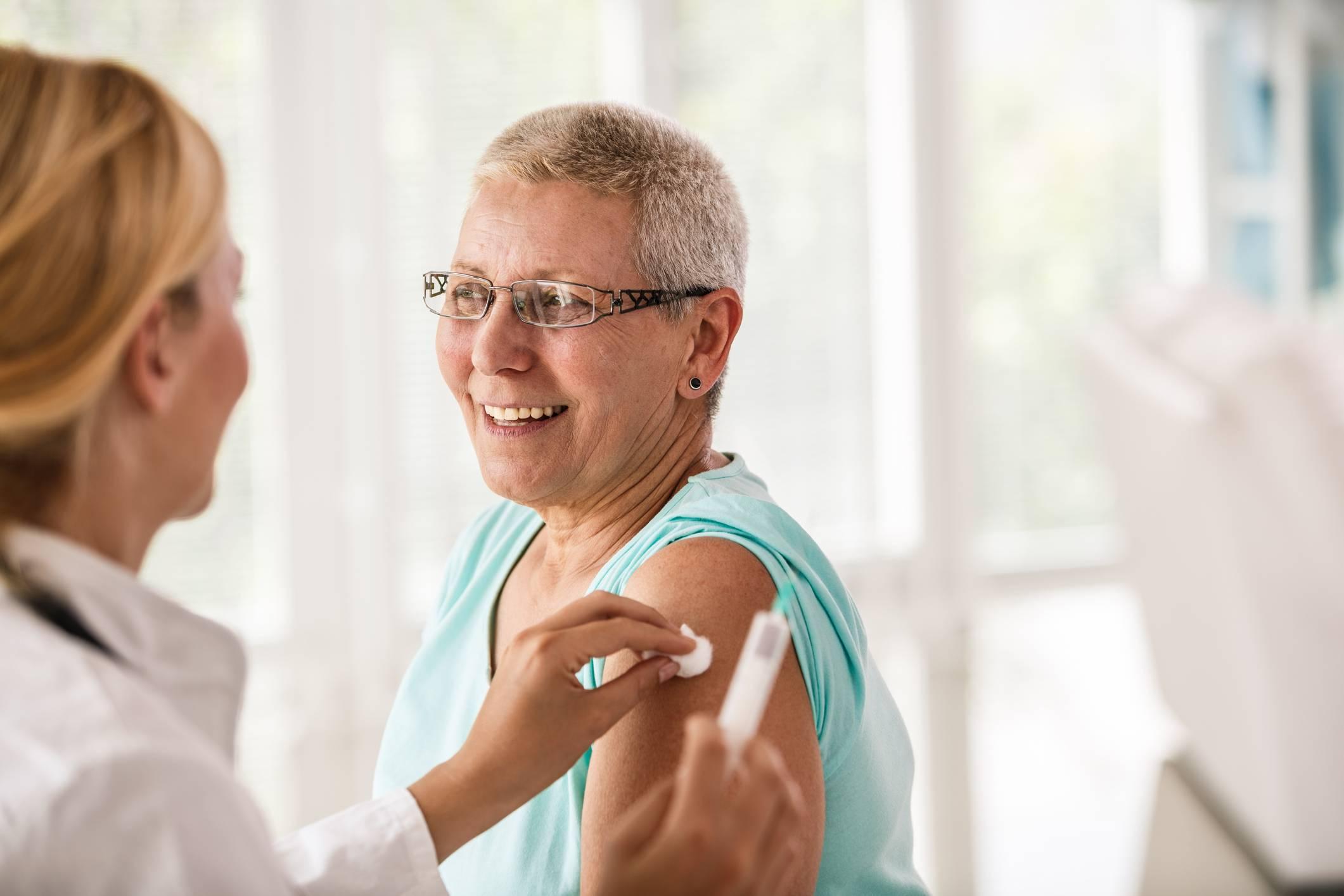 www.juicysantos.com.br - mulher idosa tomando vacina