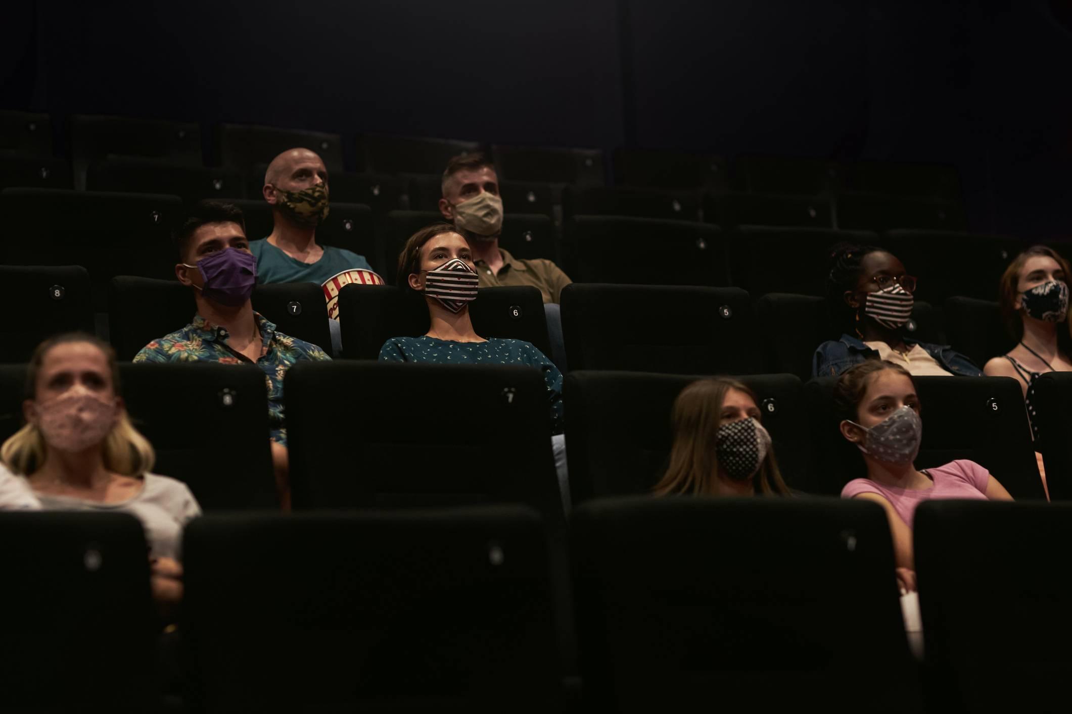 www.juicysantos.com.br - reabertura dos cinemas em santos sp - pessoas de máscara na sala de cinema