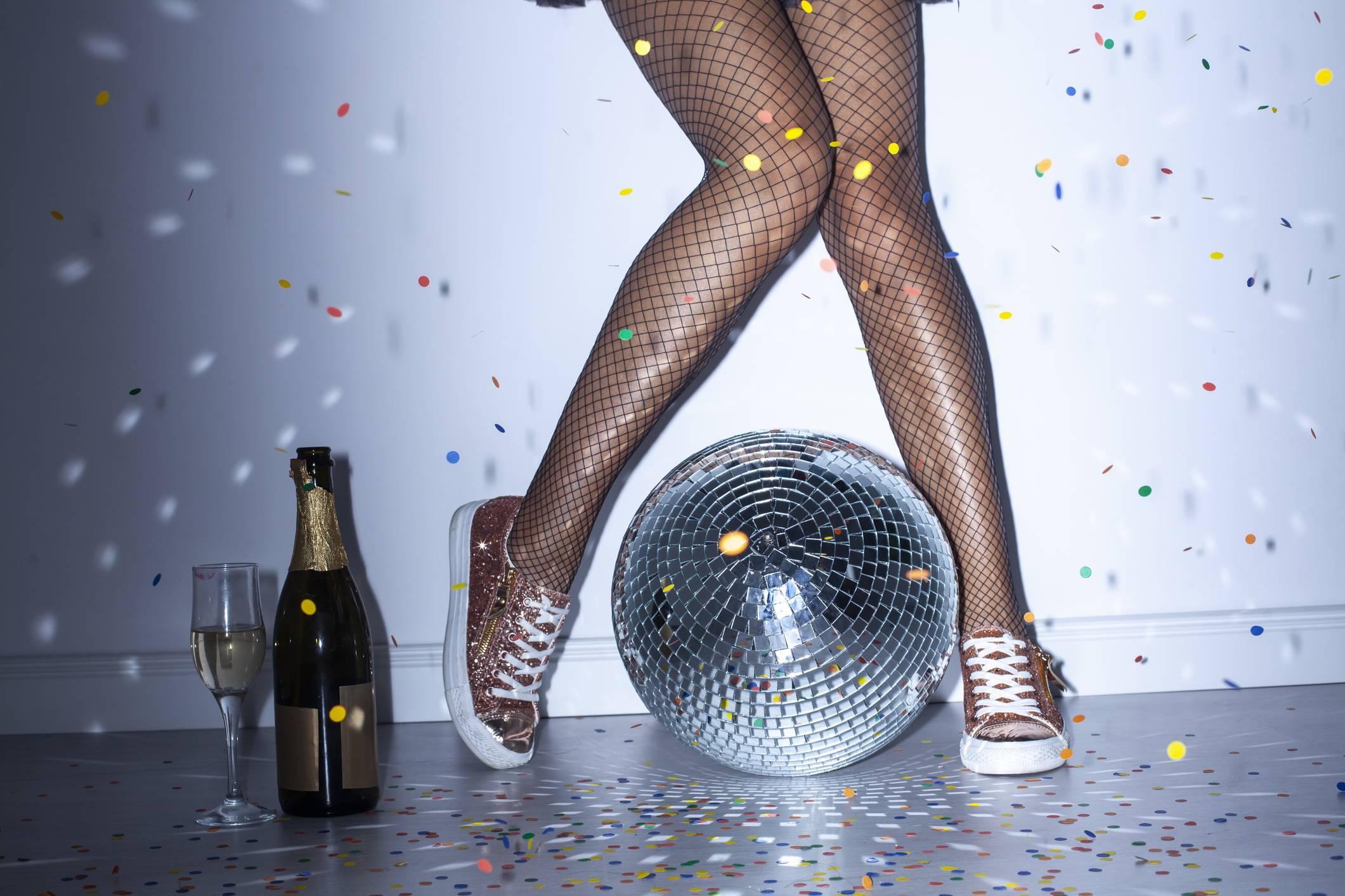 www.juicysantos.com.br - pernas de meia arrastão e vinho e globo de espelhos - como harmonizar vinho com música - harmonizar vinho com música