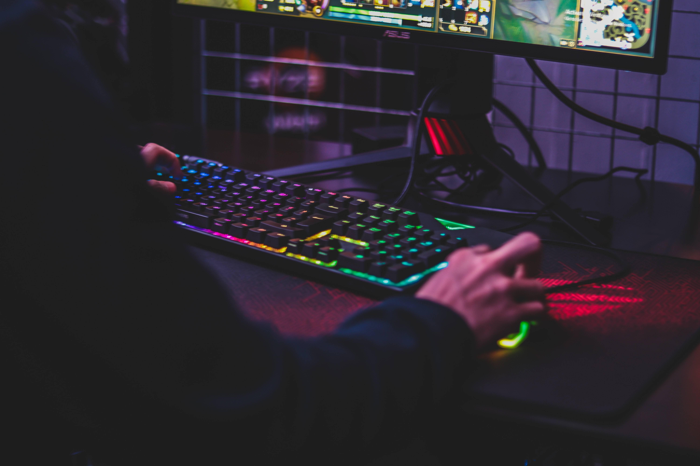 www.juicysantos.com.br - o que é ser gamer no brasil - pessoa jogando games no computador