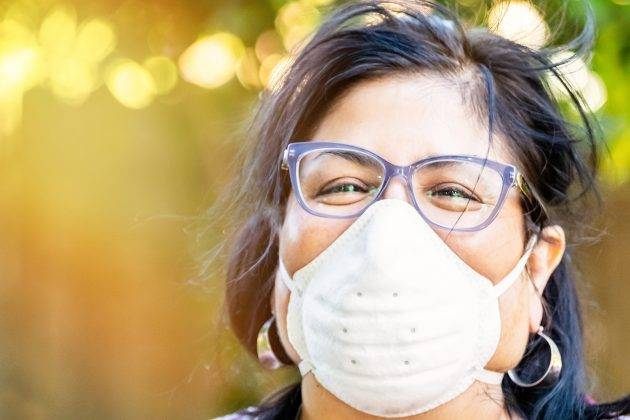mulher usando máscara n95